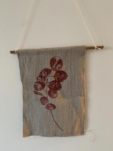 011. Wimpel aus 100 % Naturleinen im Siebdruck mit Naturfarbe, 30x22 cm
