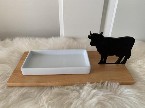 0002. Butter- / Keks- / Snackschale 15 cm auf Holztablett aus Ahorn 27 cm